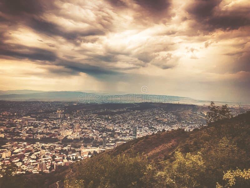 Μια συναρπαστική άποψη της πόλης από την κορυφή του πάρκου Mtatsminda funicular στο Tbilisi στοκ εικόνες