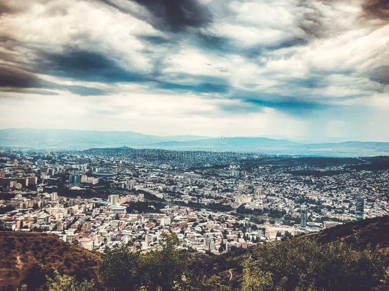 Μια συναρπαστική άποψη της πόλης από την κορυφή του πάρκου Mtatsminda funicular στο Tbilisi στοκ φωτογραφία