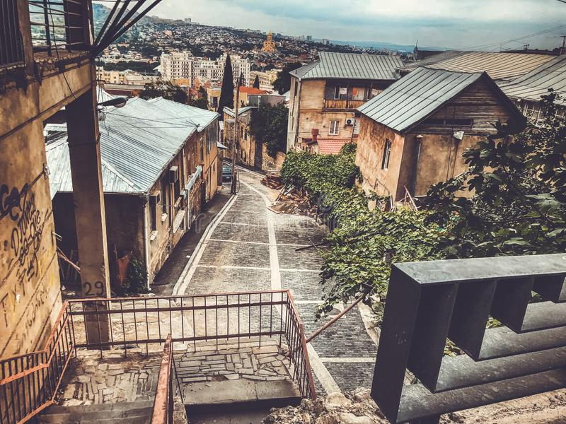 Μια συναρπαστική άποψη του παλαιού τετάρτου του Tbilisi, ο δρόμος που οδηγεί κάτω στο κέντρο της πόλης στοκ φωτογραφία με δικαίωμα ελεύθερης χρήσης