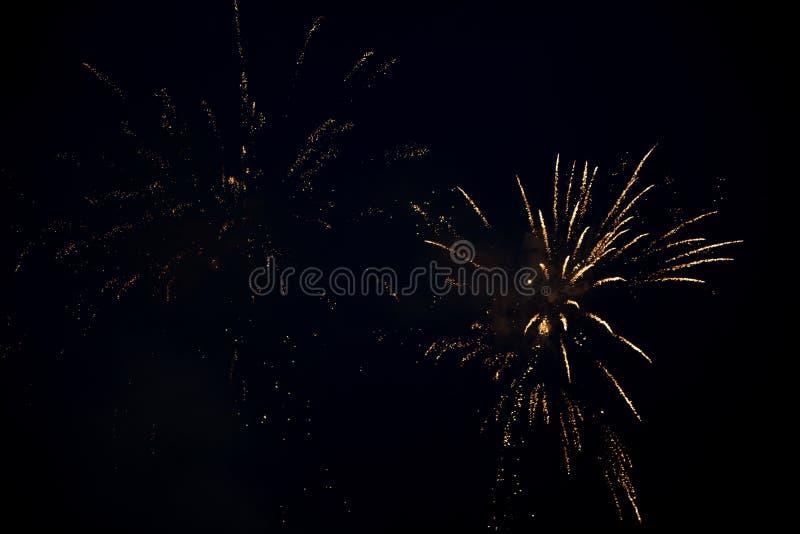 Μια φωτεινή ζωηρόχρωμη έκρηξη πυροτεχνημάτων στον ουρανό στοκ εικόνα με δικαίωμα ελεύθερης χρήσης