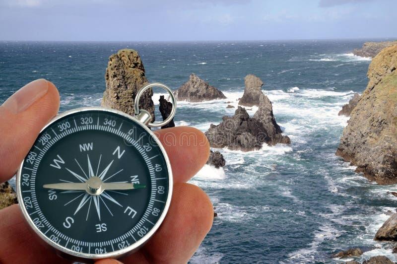 Μια πυξίδα που αντιμετωπίζει τον ωκεανό Στοκ Εικόνα - εικόνα από ...