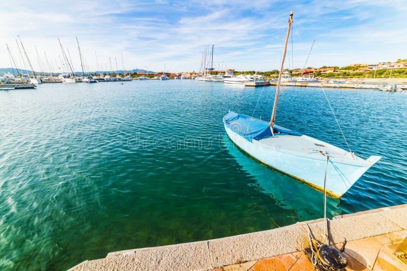 Μικρή βάρκα που δένεται στο λιμάνι του Πόρτο Rotondo στοκ εικόνες με δικαίωμα ελεύθερης χρήσης