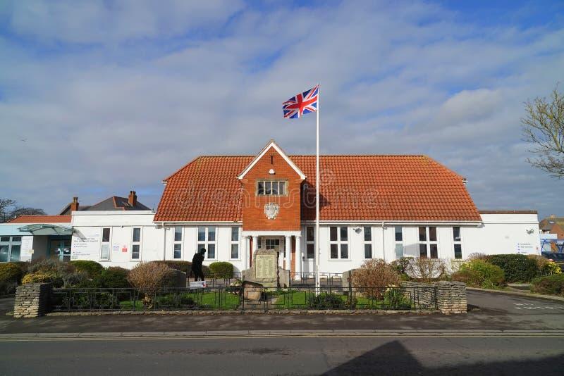 Μικρού χωριού νοσοκομείο και σημαία στοκ εικόνες με δικαίωμα ελεύθερης χρήσης