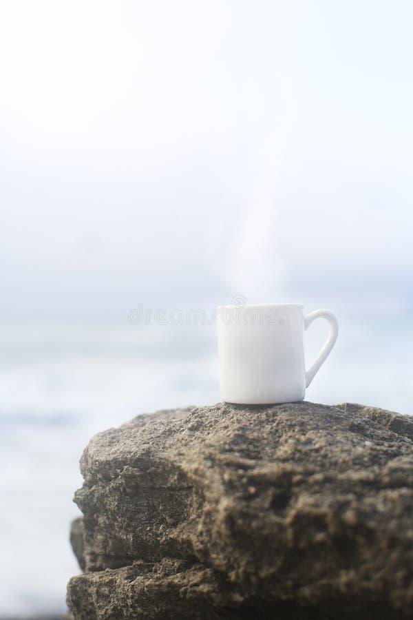 Μικρό άσπρο φλιτζάνι του καφέ στοκ εικόνες με δικαίωμα ελεύθερης χρήσης