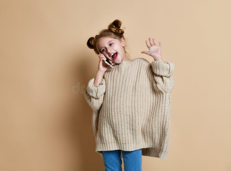 Μικρό κορίτσι που μιλά από τη φωτογραφία κυττάρων στοκ φωτογραφία με δικαίωμα ελεύθερης χρήσης