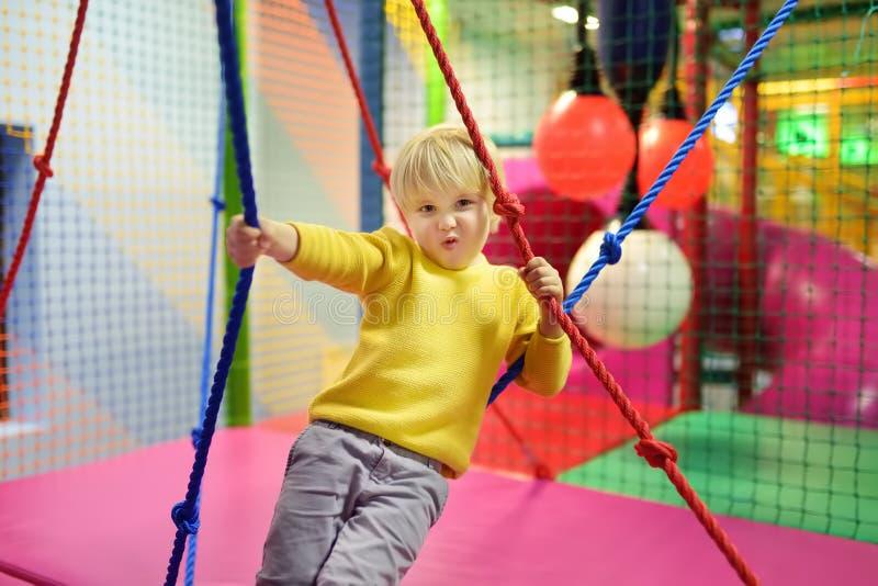 Μικρό παιδί κώλων μετά από τη δραστηριότητα στο τραμπολίνο Παιχνίδι παιδιών στην εσωτερική παιδική χαρά στοκ φωτογραφία