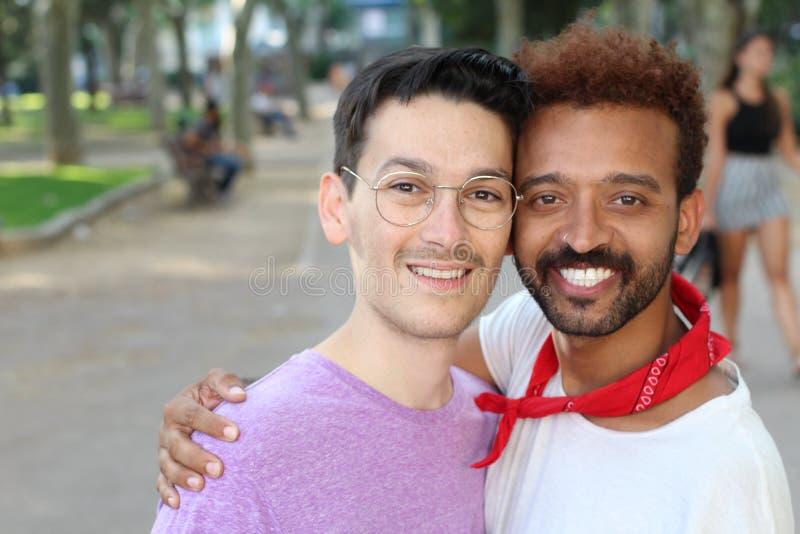 Μικτό χαμόγελο ζευγών φυλών ομοφυλοφιλικό στοκ εικόνες