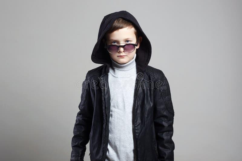 Μοντέρνο μικρό παιδί στο hoodie και τα γυαλιά ηλίου στοκ εικόνες