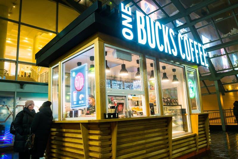 ΜΟΣΧΑ, ΡΩΣΙΑ, 31 ΙΑΝΟΥΑΡΙΟΥ, 2019: Πελάτες κοντά σε έναν μικρό καφέ νύχτας Γρήγορο φαγητό, καφετερία στοκ εικόνες με δικαίωμα ελεύθερης χρήσης