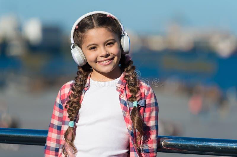 Μουσική για την καθαρή ευχαρίστηση Μικρό παιδί που χρησιμοποιεί την τεχνολογία για την εκπαίδευση ελεύθερου χρόνου ή μουσικής Το  στοκ φωτογραφία