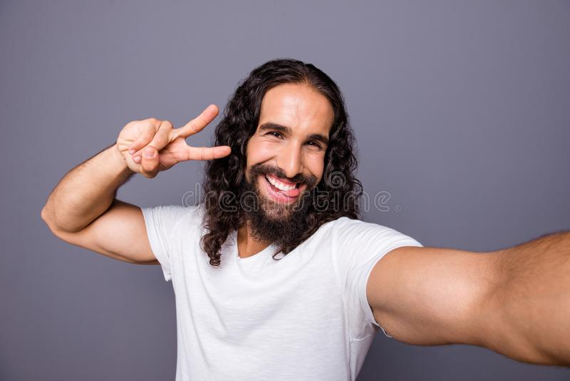 Μόνος-πορτρέτο δικοί του αυτός συμπαθητικός δροσερός ελκυστικός εύθυμος χαρωπός αισιόδοξος κατσαρός τύπος που παρουσιάζει τρόπο ζ στοκ εικόνες