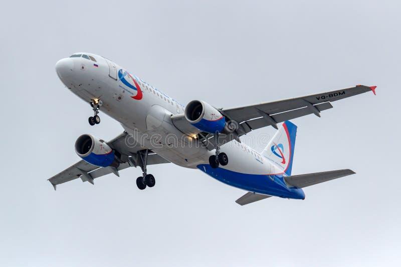 Μόσχα, Ρωσία - 17 Μαρτίου 2019: Airbus A320-214 vq-BDM αεροσκαφών των αερογραμμών Ural που πηγαίνουν στην προσγείωση σε Domodedov στοκ εικόνες
