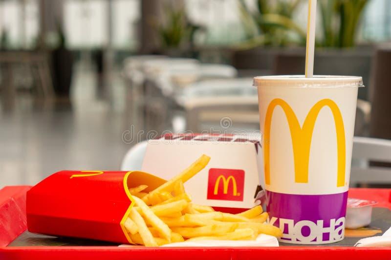 Μόσχα, Ρωσία, στις 15 Μαρτίου 2018: Μεγάλες Mac επιλογές, τηγανιτές πατάτες και κόκα κόλα χάμπουργκερ McDonald ` s Γρήγορα τρόφιμ στοκ εικόνα με δικαίωμα ελεύθερης χρήσης