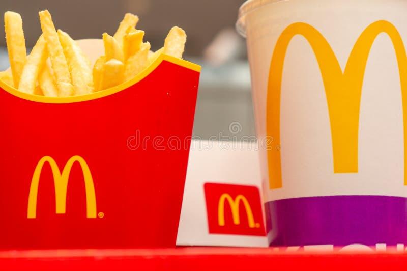 Μόσχα, Ρωσία, στις 15 Μαρτίου 2018: Μεγάλες Mac επιλογές, τηγανιτές πατάτες και κόκα κόλα χάμπουργκερ McDonald ` s Γρήγορα τρόφιμ στοκ εικόνες