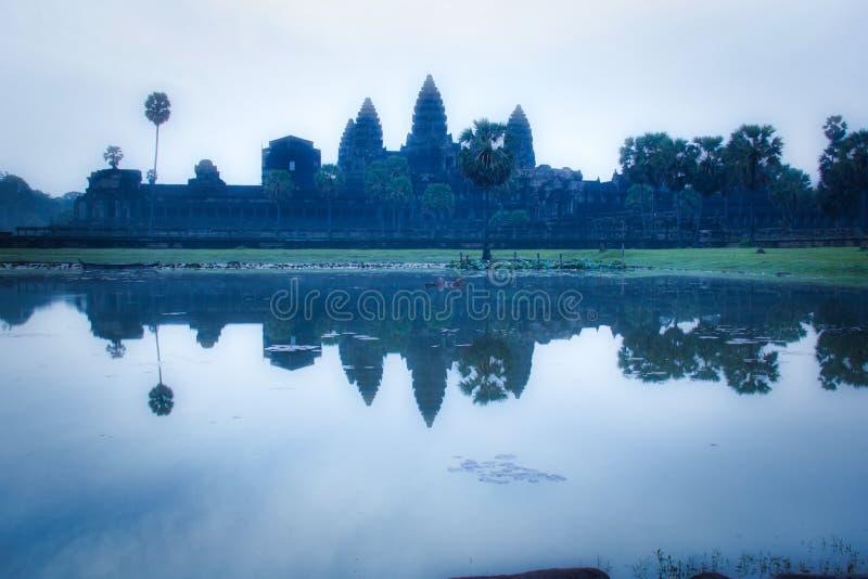 Μυστική ατμόσφαιρα στην ανατολή στο βουδιστικό ναό Angkor Wat στοκ εικόνες