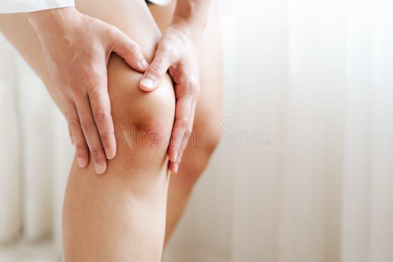 Μωλωπισμένο γόνατο της γυναίκας της Ασίας, εκλεκτική εστίαση στοκ φωτογραφία με δικαίωμα ελεύθερης χρήσης