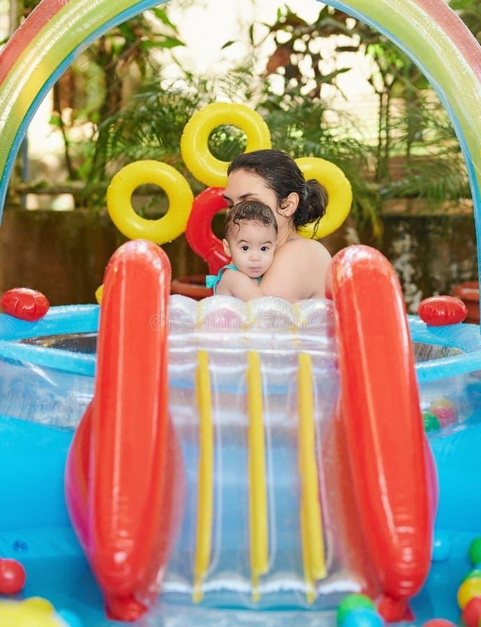 Μωρό με το mom στη λαστιχένια λίμνη στοκ εικόνες