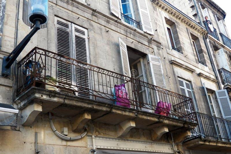 Μπαλκόνια με τα μαξιλάρια στην παλαιά πόλη του Μπορντώ στοκ φωτογραφίες με δικαίωμα ελεύθερης χρήσης
