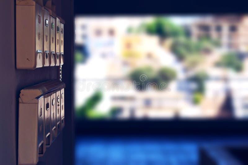 Μπεζ ταχυδρομικές θυρίδες στην ανοικτή αίθουσα ενός κατοικημένου κτηρίου που αγνοεί την πόλη των επιβαρύνσεων Nikolaus στοκ εικόνες