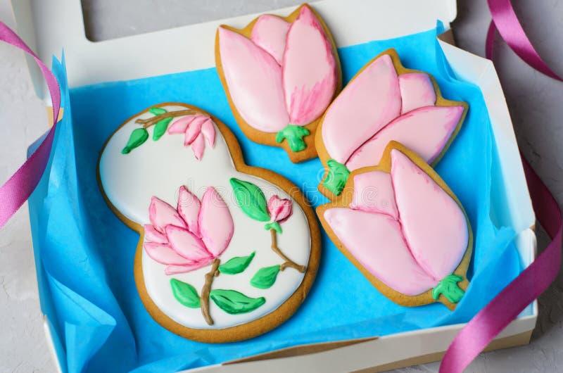 Μπισκότα μελοψωμάτων για την 8η Μαρτίου, ημέρα των γυναικών, χειροποίητα μπισκότα με την τήξη ζάχαρης στοκ εικόνα με δικαίωμα ελεύθερης χρήσης