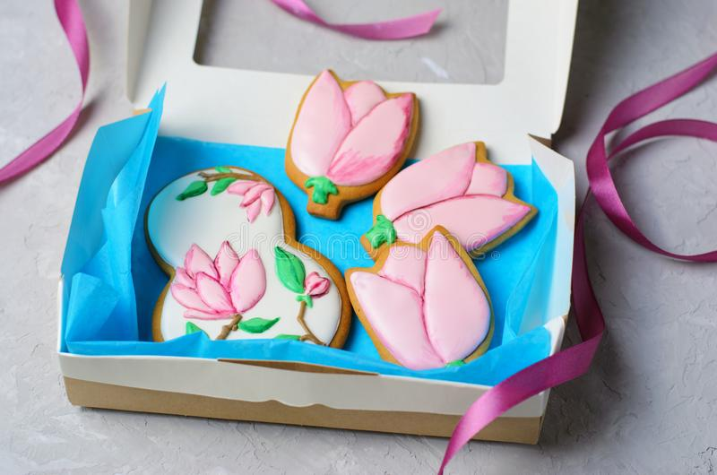 Μπισκότα μελοψωμάτων για την 8η Μαρτίου, ημέρα των γυναικών, χειροποίητα μπισκότα με την τήξη ζάχαρης στοκ εικόνες με δικαίωμα ελεύθερης χρήσης