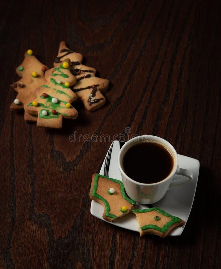 Μπισκότα Χριστουγέννων και φλυτζάνι του φρέσκου μαύρου καφέ στοκ φωτογραφία
