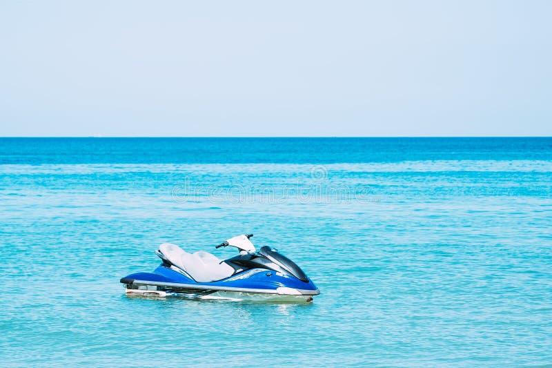 Μπλε αεριωθούμενος-σκι στο νερό κοντά στην παραλία Κανένας άνθρωπος στοκ εικόνες
