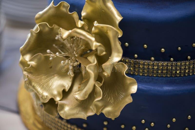 Μπλε και χρυσό κέικ στοκ εικόνα με δικαίωμα ελεύθερης χρήσης