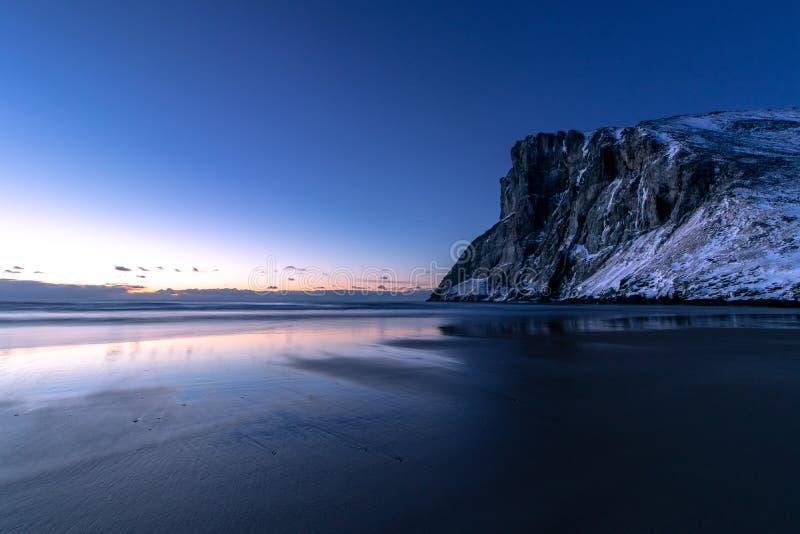 Μπλε ώρα στην παραλία Kvalvika στοκ φωτογραφία