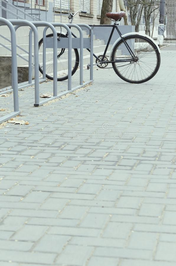 Μπλε τόνοι βραδιού Bicycel στο χώρο στάθμευσης, ελεύθερου χώρου στοκ φωτογραφίες