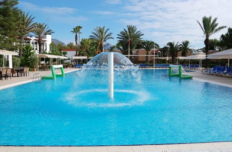 Μπλε πισίνα και πηγή σε ένα ξενοδοχείο στην Τουρκία στοκ εικόνα