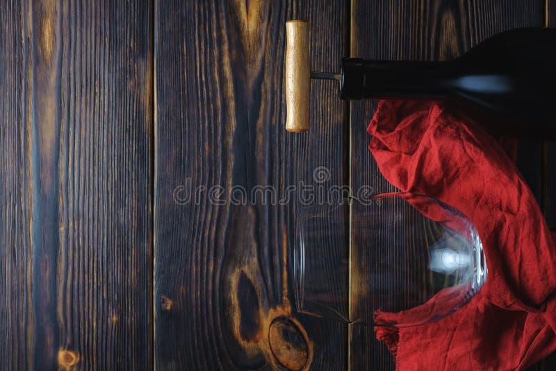 Μπουκάλι του γυαλιού κρασιού πέρα από το ξύλινο υπόβαθρο διάστημα αντιγράφων στοκ φωτογραφία