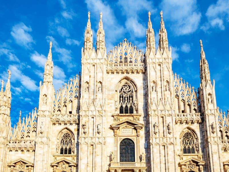 Μπροστινή άποψη του απογεύματος καθεδρικών ναών του Μιλάνου στοκ φωτογραφία με δικαίωμα ελεύθερης χρήσης