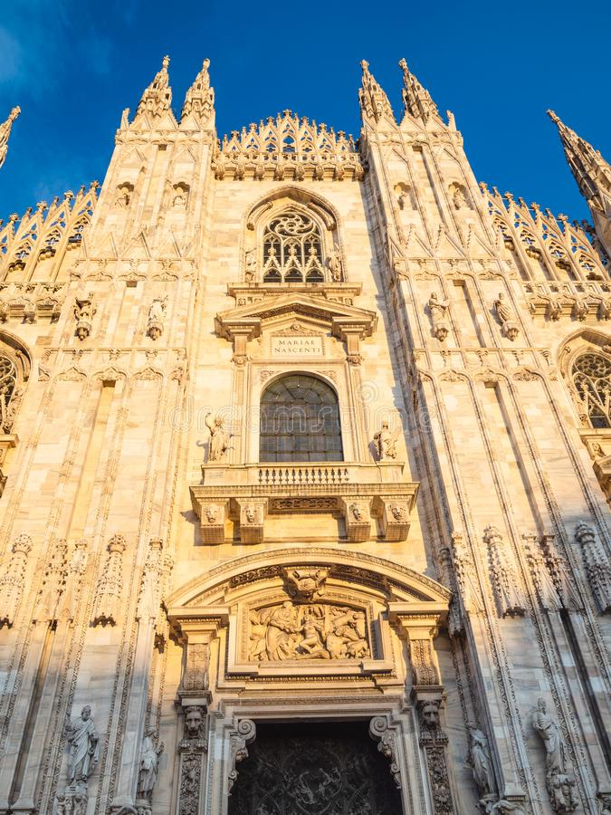 Μπροστινή άποψη του καθεδρικού ναού του Μιλάνου στο ηλιοβασίλεμα στοκ φωτογραφίες με δικαίωμα ελεύθερης χρήσης