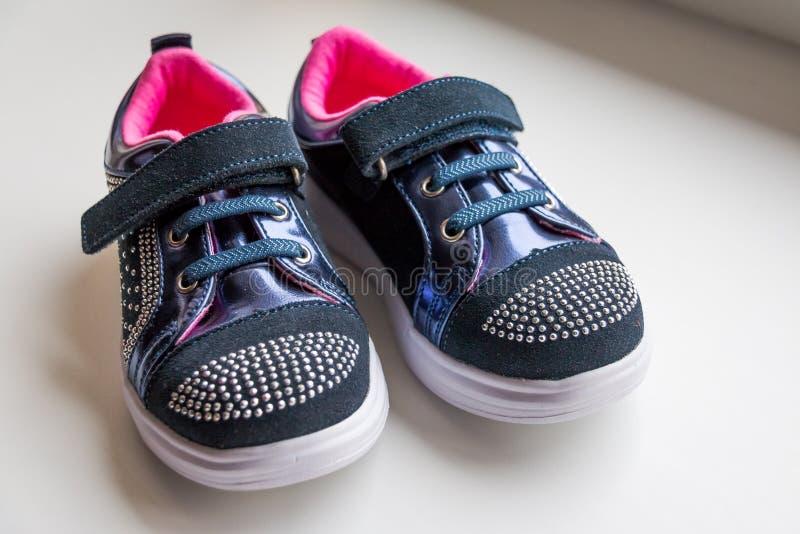 Μπότες μωρών, πάνινα παπούτσια πολυτέλειας, αθλητικά παπούτσια, μπότες για τα κορίτσια Καθιερώνοντα τη μόδα υποδήματα παιδιών με  στοκ εικόνα
