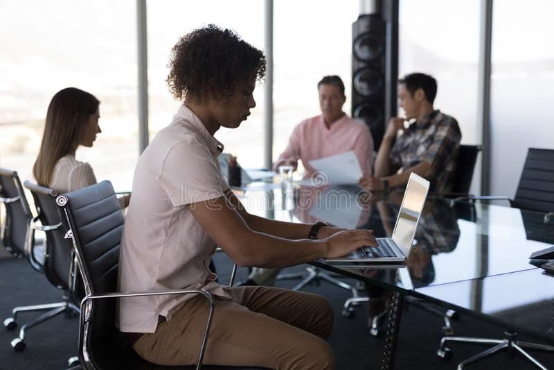 Νέα αρσενική εκτελεστική εργασία στο lap-top στην αρχή στοκ εικόνες με δικαίωμα ελεύθερης χρήσης