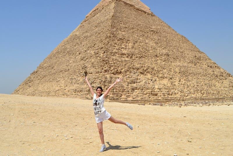 Νέα γυναίκα κοντά στην πυραμίδα Khafre στοκ φωτογραφία με δικαίωμα ελεύθερης χρήσης