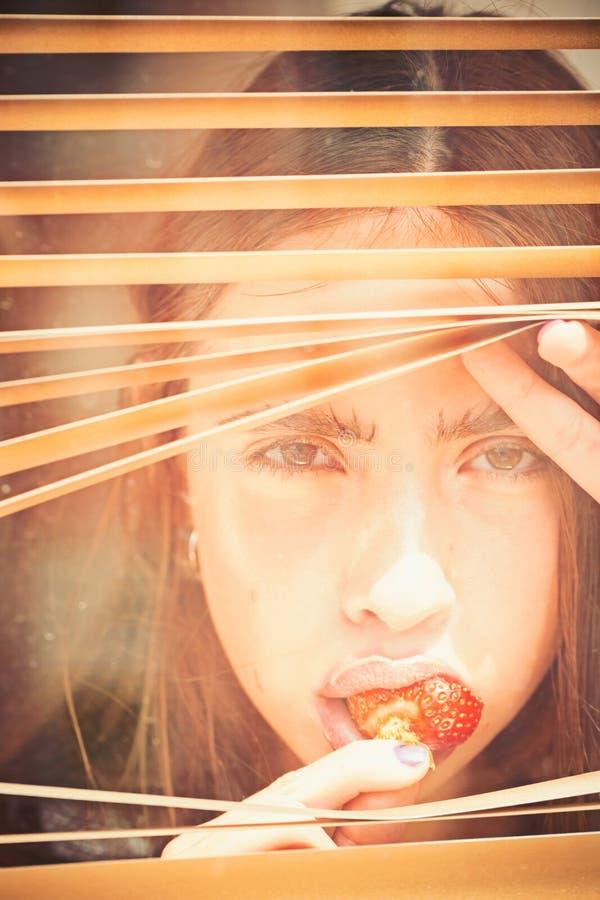 Νέα γυναίκα με το μούρο στο στόμα στοκ εικόνες