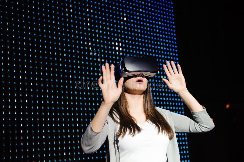Νέα γυναίκα που δοκιμάζει τα γυαλιά εικονικής πραγματικότητας τρισδιάστατος στοκ εικόνες