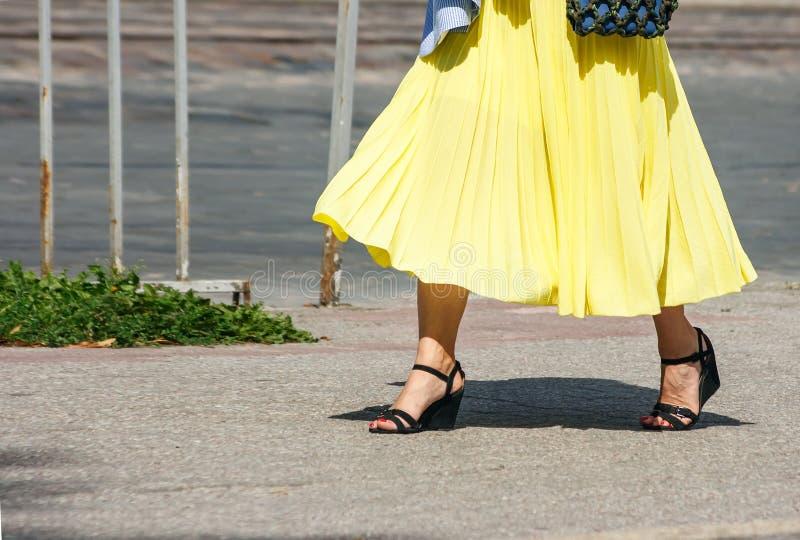 Νέα γυναίκα που περπατά κάτω από την οδό στοκ φωτογραφία με δικαίωμα ελεύθερης χρήσης