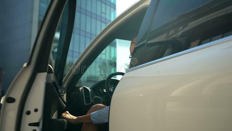 Νέα επιτυχής επιχειρησιακή κυρία που ξεπερνά του οχήματος, της σταδιοδρομίας και τον πλούτο πολυτέλειας στοκ φωτογραφία με δικαίωμα ελεύθερης χρήσης