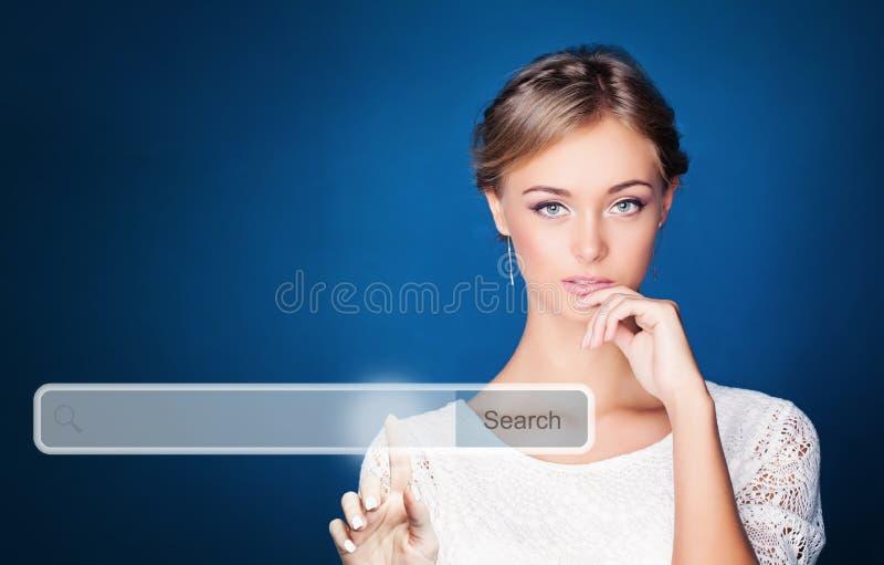 Νέα σπουδαστής ή επιχειρησιακή γυναίκα που δείχνει τον κενό φραγμό διευθύνσεων στην εικονική μηχανή αναζήτησης Ιστού Seo, μάρκετι στοκ φωτογραφίες