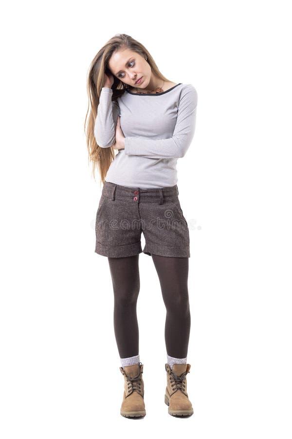 Νέα χαριτωμένη μοντέρνη λυπημένη απογοητευμένη γυναίκα με τη μακρυμάλλη σκέψη και το κοίταγμα κάτω στοκ εικόνες