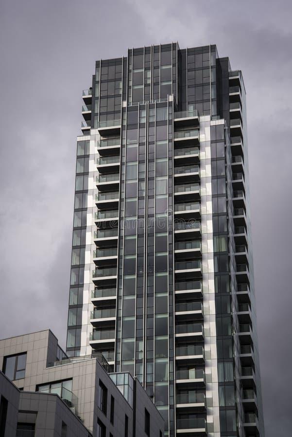 Νέα πολυκατοικία κατοικίας πολυόροφων κτιρίων κοινωνική, Λονδίνο, Αγγλία, UK στοκ εικόνα με δικαίωμα ελεύθερης χρήσης
