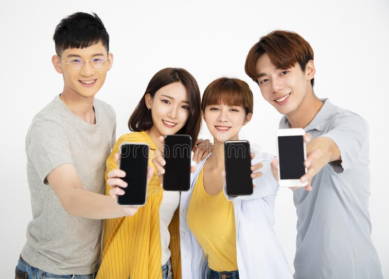 νέοι σπουδαστών που παρουσιάζουν smartphones στοκ εικόνες