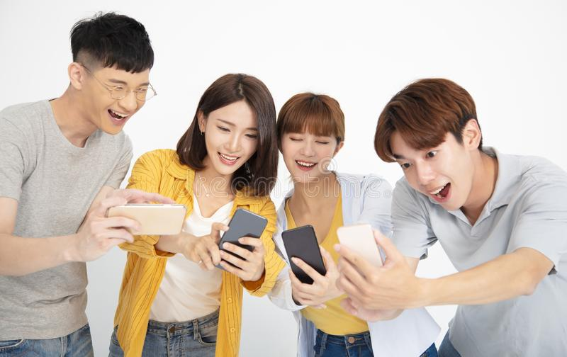 νέοι σπουδαστών που προσέχουν τα smartphones στοκ φωτογραφία με δικαίωμα ελεύθερης χρήσης