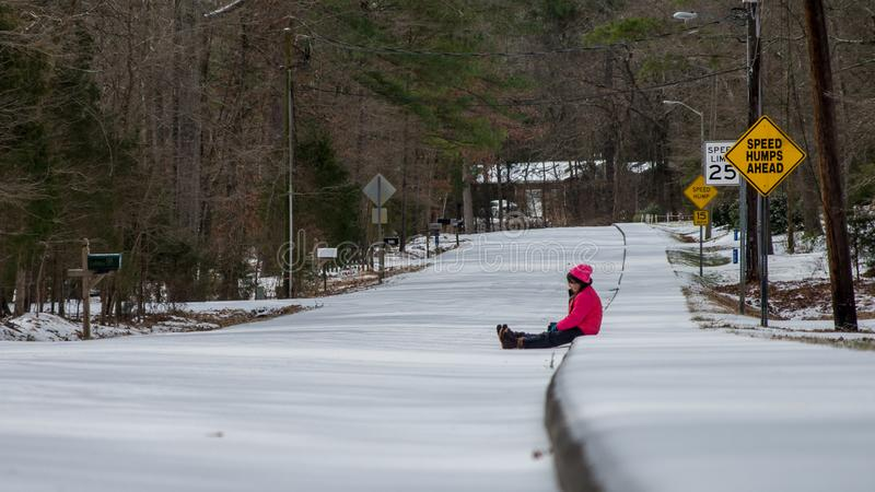 Νέο ασιατικό κορίτσι με το ρόδινο καπέλο και σακάκι στο χιόνι στοκ φωτογραφίες