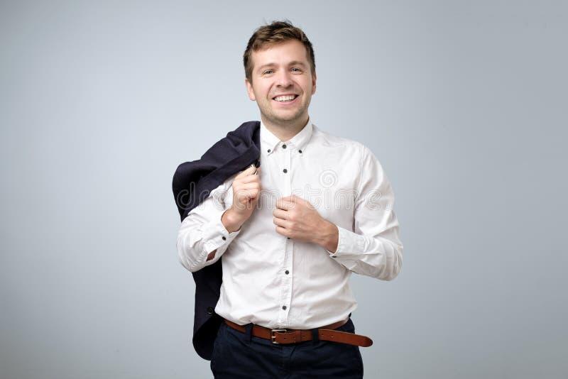 Νέο ευρωπαϊκό χαμόγελο επιχειρηματιών που εξετάζει τη κάμερα στοκ φωτογραφίες με δικαίωμα ελεύθερης χρήσης