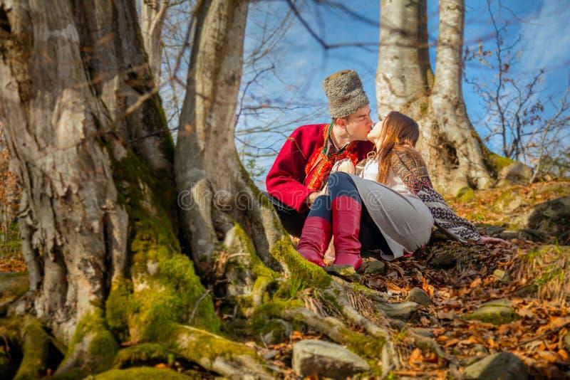 Νέο ευτυχές ζεύγος, φιλιά και αγάπη, τοπικά παραδοσιακά ενδύματα και ηλιόλουστη ημέρα στοκ φωτογραφία