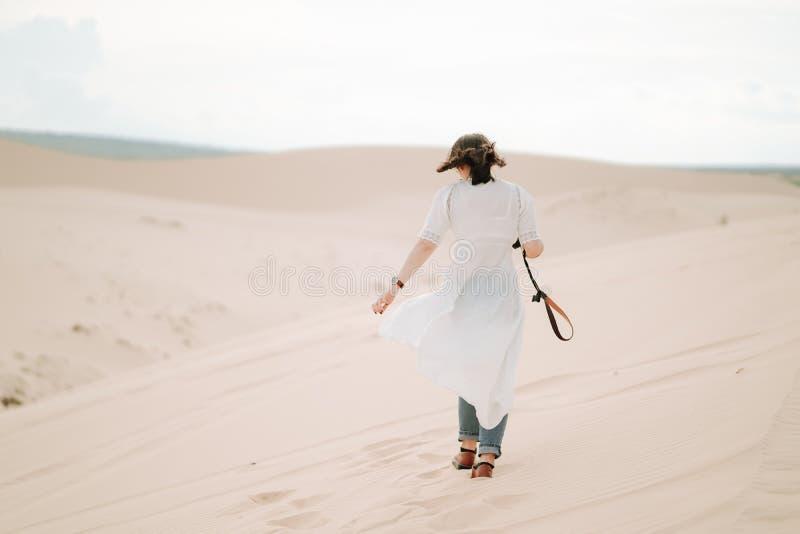 Νέο θηλυκό που εξερευνά την έρημο στοκ εικόνες με δικαίωμα ελεύθερης χρήσης